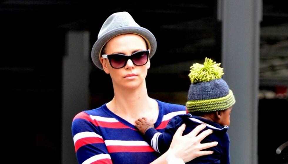 <strong>BARBERTE VEKK HÅRET:</strong> Charlize Theron går rundt med lue og hatt, etter at hun måtte barbere vekk det meste av håret i forbindelse med rollen i sin neste film. Foto: All Over Press