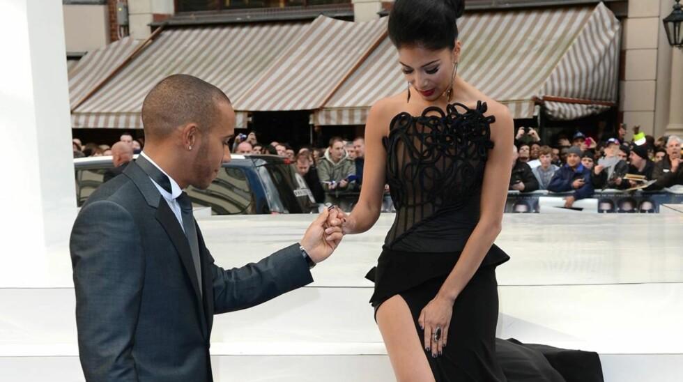 DRISTIG: Nicole Scherzinger måtte holde kjolen på plass på filmpremieren av «Men in Black 3». Her får hun hjelp av kjæresten Lewis Hamilton.  Foto: All Over Press