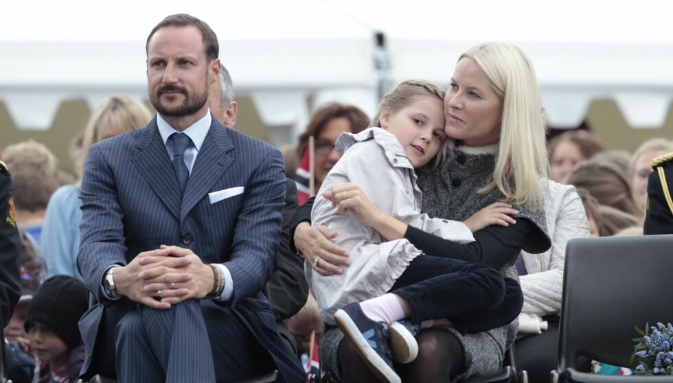 TRYGT OG GODT: Prinsesse Ingrid Alexandra var trygt plassert på mammas fang under besøket i Fosnavåg.  Foto: NTB scanpix