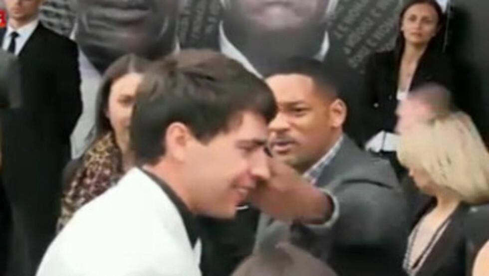 SLO TIL: Smith ble rasende da en reporter forsøkte å kysse ham på munnen, og slo reporteren i ansiktet.