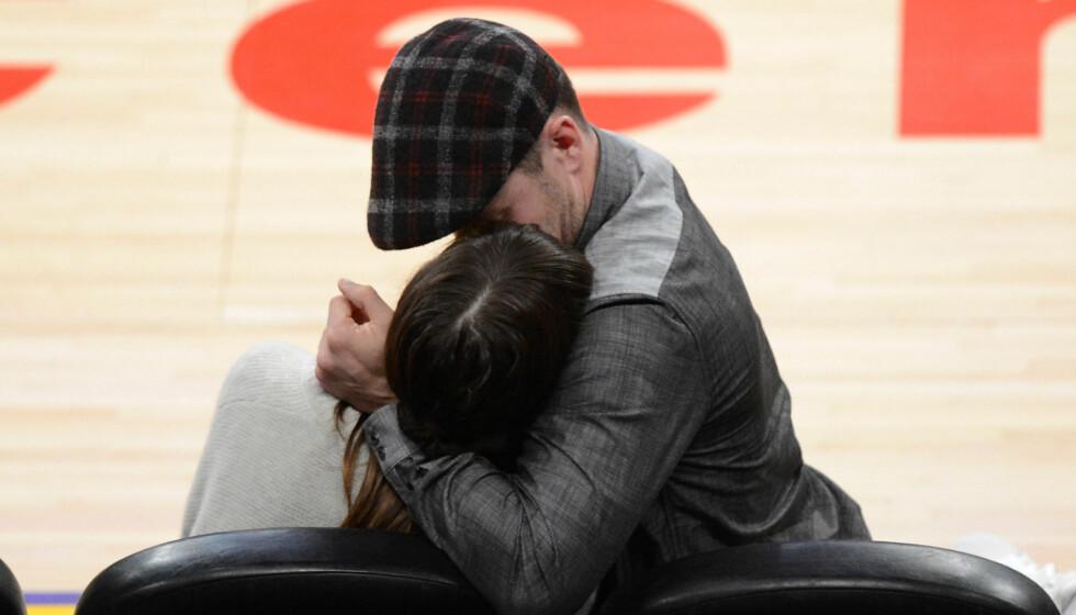 KLINTE TIL: Da Jessica og Justin fikk kameraet rettet mot seg, tok de utfordingen på strak arm og kysset hverandre. Foto: All Over Press