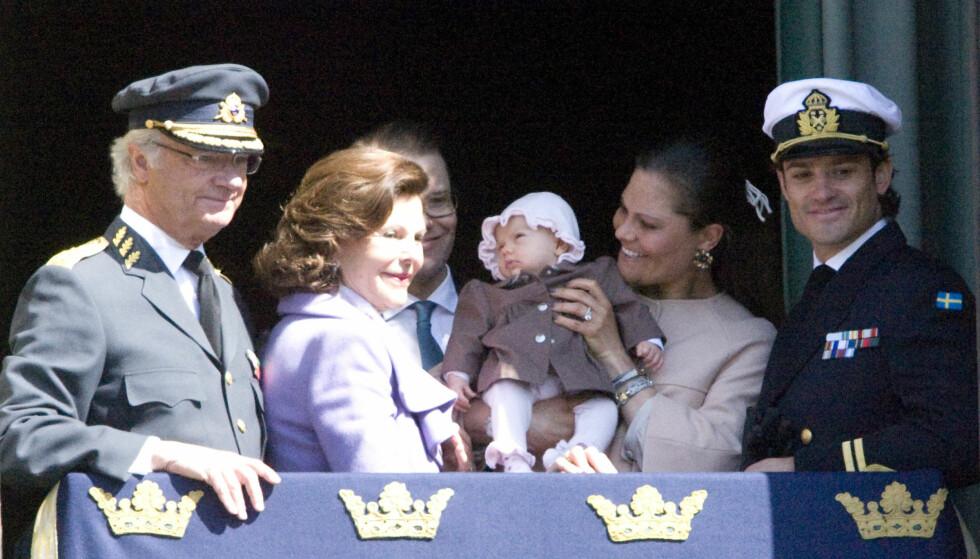 BROREN BLIR FADDER:  Prins Carl Philip (t.h) blir fadder når Estelle døpes.  Foto: Stella Pictures