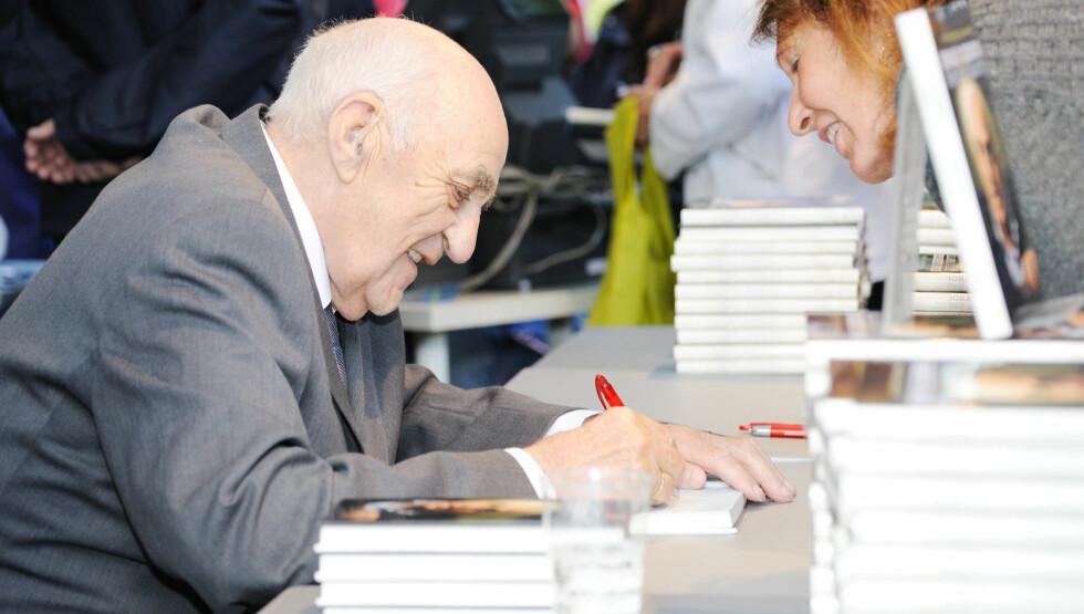 HARDTARBEIDENDE 86-ÅRING: Joralf Gjerstad har hatt enorm suksess med sine bøker. Nå skriver han på nok en bok for hånd, og er også innstilt på å dra på ny signeringstur rundt om i landet.  Foto: Stella Pictures