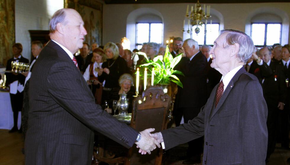 <strong>TAKKET SØNSTEBY:</strong> Kong Harald deltok på Gunnar Sønsteby sin 90-årsfeiring på Akershus Slott i 2008 og har møtt krigsveteranen ved flere anledninger. Torsdag kommenterte kongen krigsveteranens bortgang. Foto: NTB scanpix