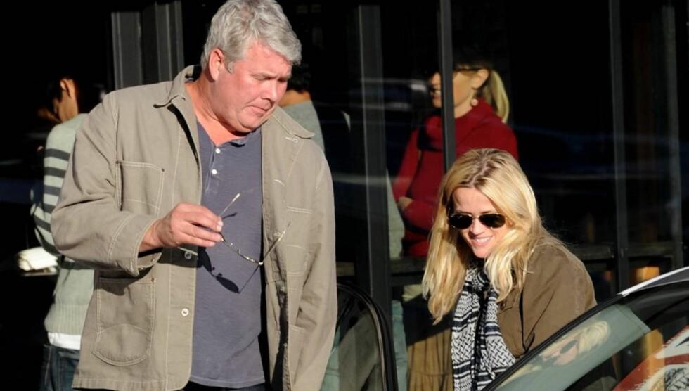I HARDT VÆR: Reese Witherspoons far John er i hardt vær etter å ha blitt anmeldt av sin kone for bigami. Her er han sammen med sin berømte datter. Foto: All Over Press