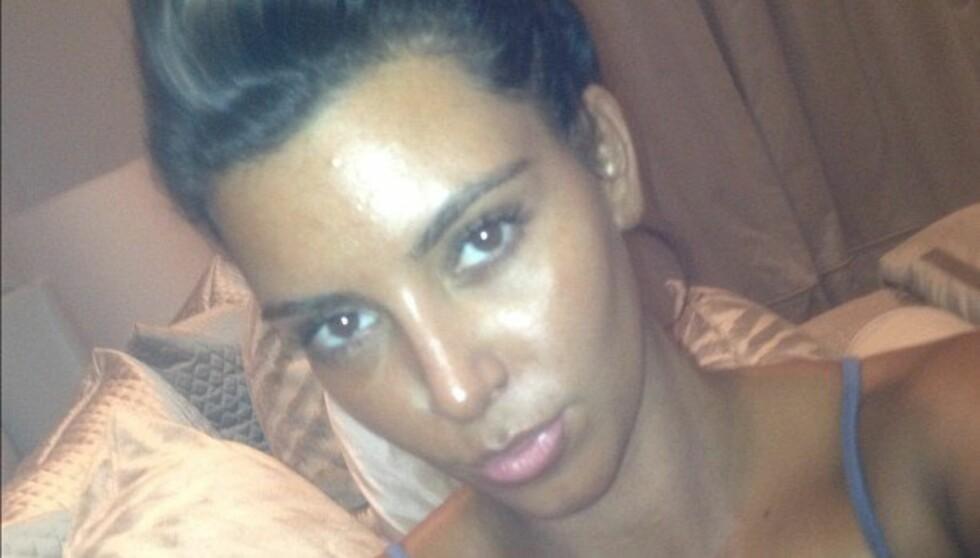 <strong>SÅ SLIK UT I ÅTTE TIMER:</strong> Kim Kardashian farget hele seg selv i denne fargen, og vasket seg ikke før åtte timer etterpå.  Foto: Kim Kardashian / Twitter
