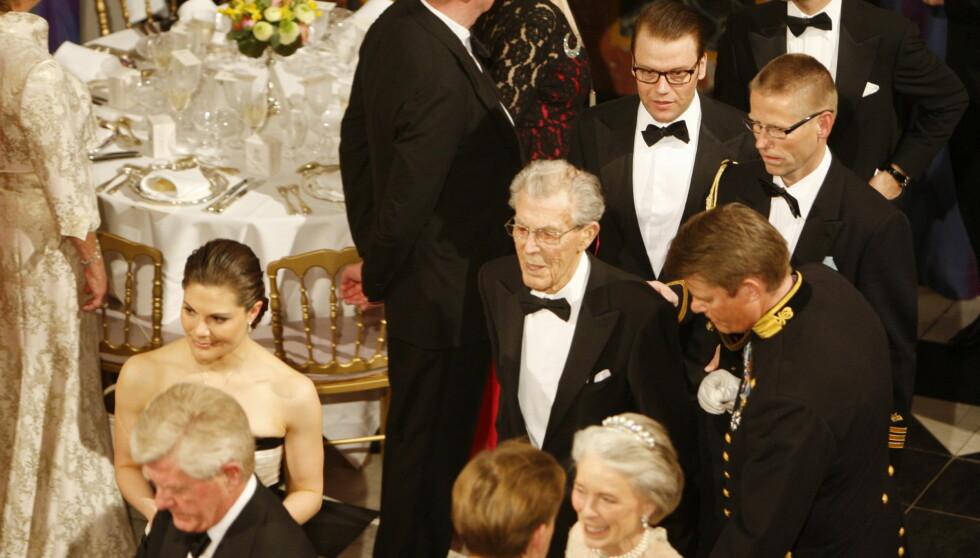 KONGEFAMILIEN I SORG: Greve Carl Johan Bernadotte (i modten) døde 95 år gammel. Her er han under gallamiddagen for dronning Margrethe i forbindelse med hennes 70-årsfeiring.  Foto: NTB scanpix