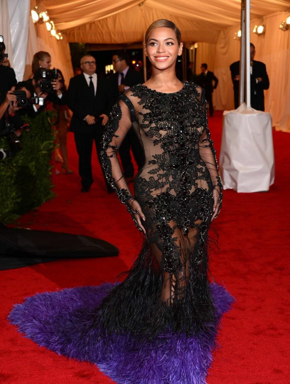 KVELDENS STORE STJERNE: Beyoncé tok pusten fra alle de fremmøtte i sin gjennomsiktige kjole fra Givenchy.  Foto: All Over Press
