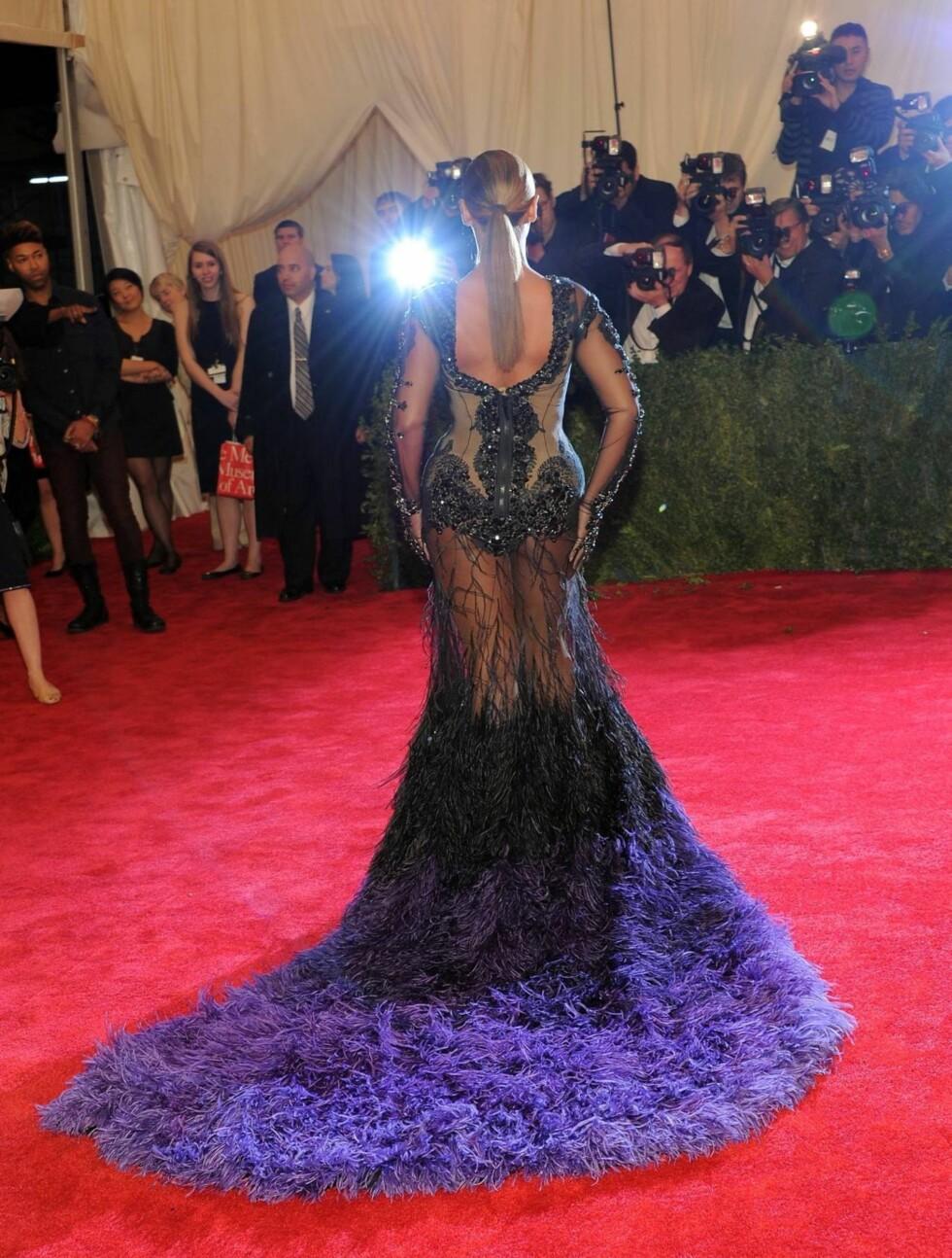 DRISTIG: Sangerens frekke kjole viste frem hennes  berømte kurver.  Foto: All Over Press
