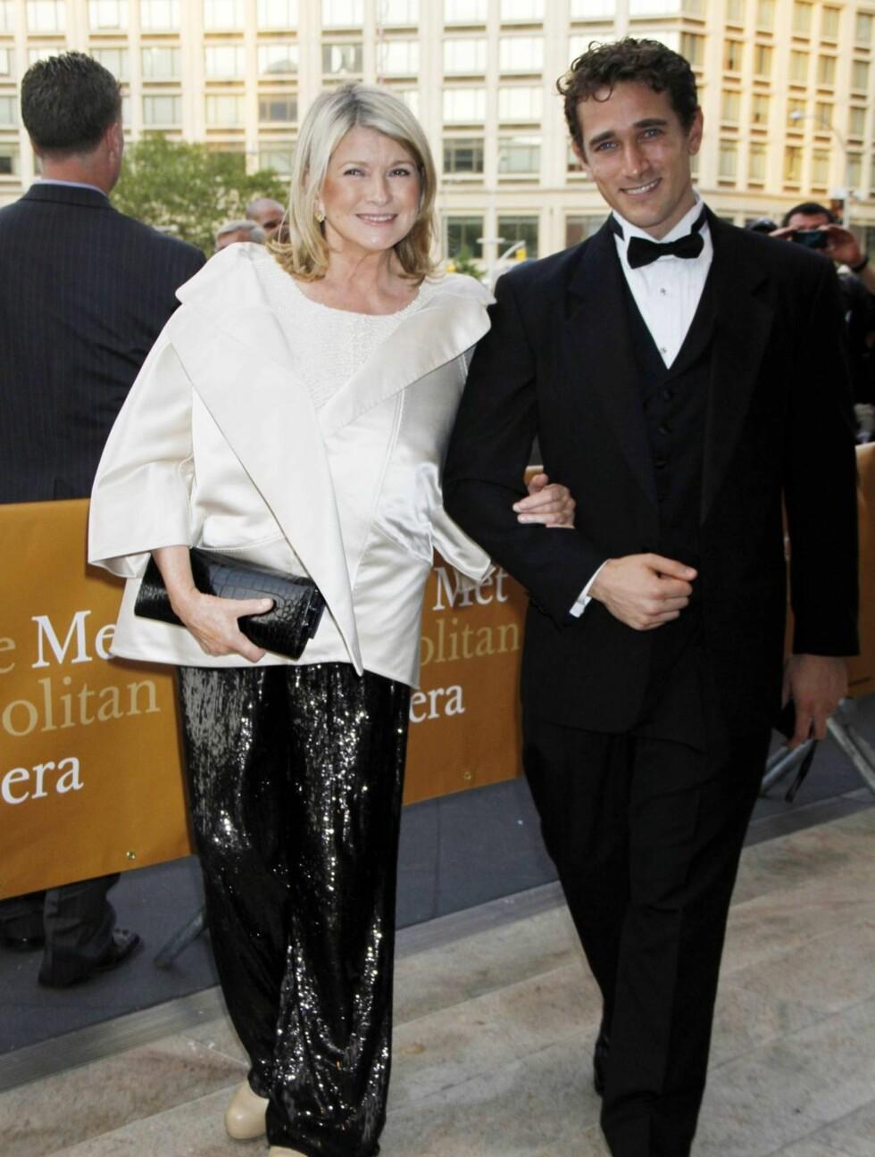 GLITRENDE BUKSER: Martha Stewart ankom gallaen i sorte paljettbukser og hvit jakke sammen med Christopher Herbert.  Foto: All Over Press