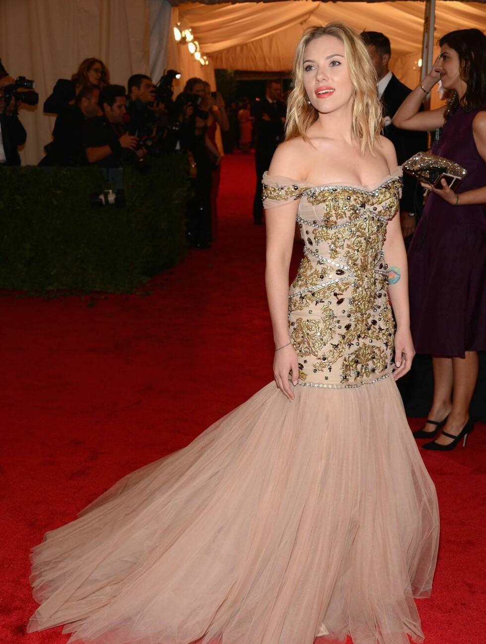 PRINSESSEKJOLE: Vakre Scarlett Johansson valgte en juvelbesatt prinsessekjole med tyllskjørt fra Dolce & Gabbana.  Foto: All Over Press