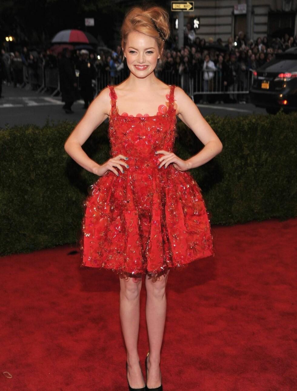 LEKKER LANVIN: Emma Stone valgte en kort, rød kjole fra Lanvin.  Foto: All Over Press