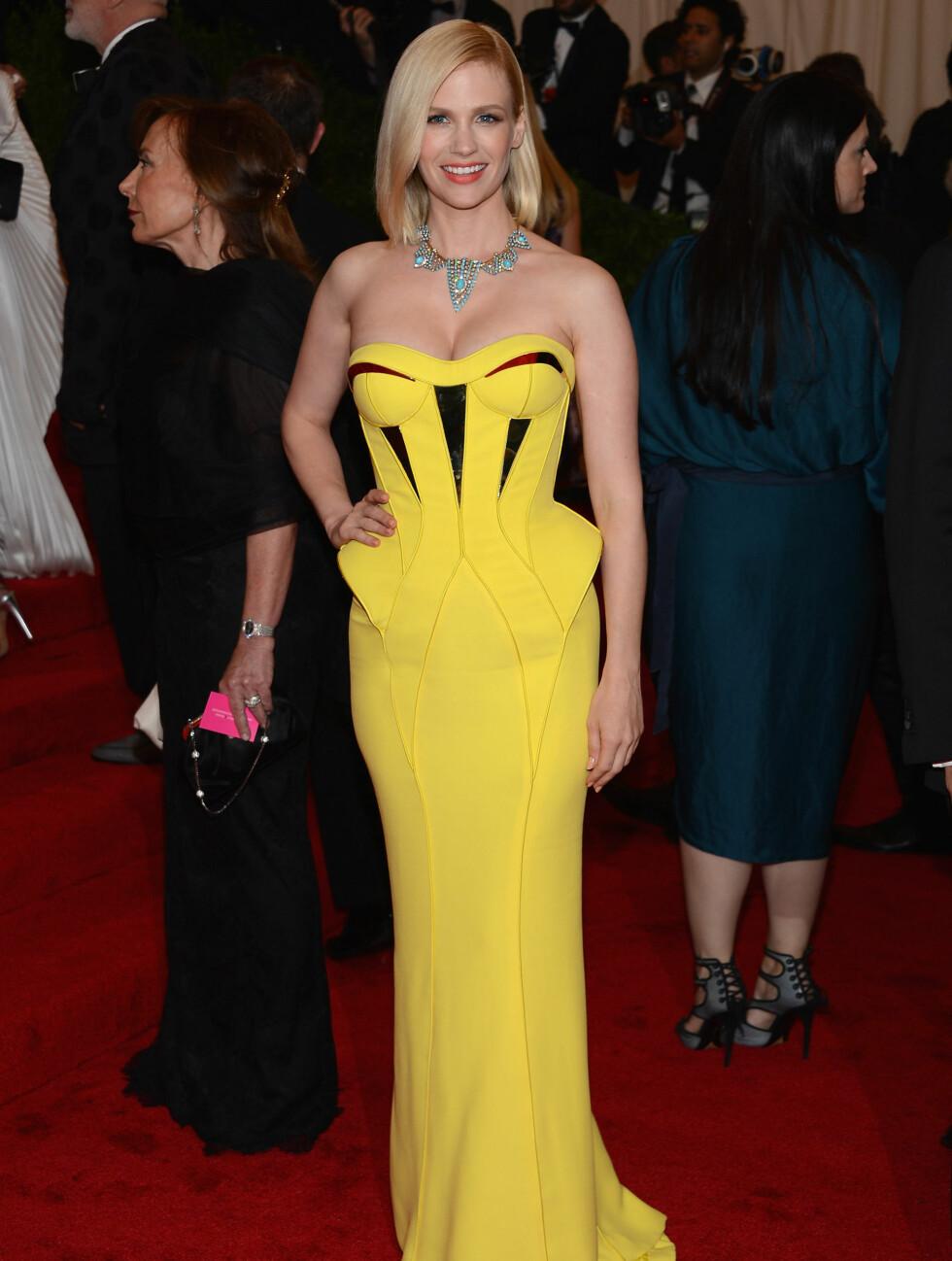 """SEXY: """"Mad Men""""-stjernen January Jones viste frem formene i en gul Versace-kjole med dyp utrigning. Skuespilleren hadde et lyseblått kjede som sto i kontrast til det gule.  Foto: All Over Press"""