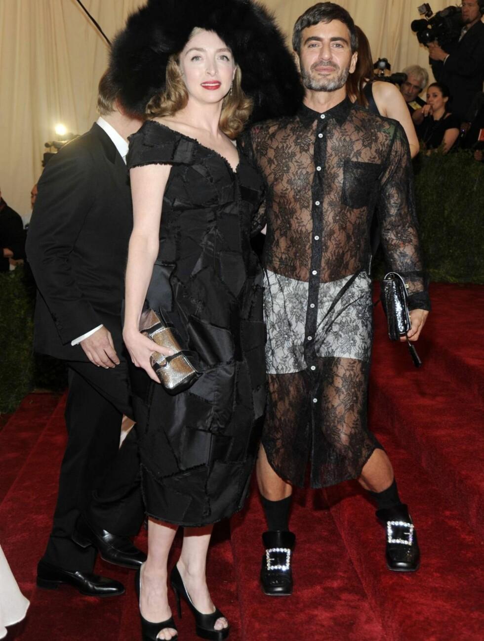VEKKET OPPSIKT: Designeren Marc Jacobs kom i kveldens merkeligste antrekk. Han hadde på seg hvit boksershorts med en lang blondekjole over. Her sammen med Rachel Feinstein Currin.  Foto: All Over Press