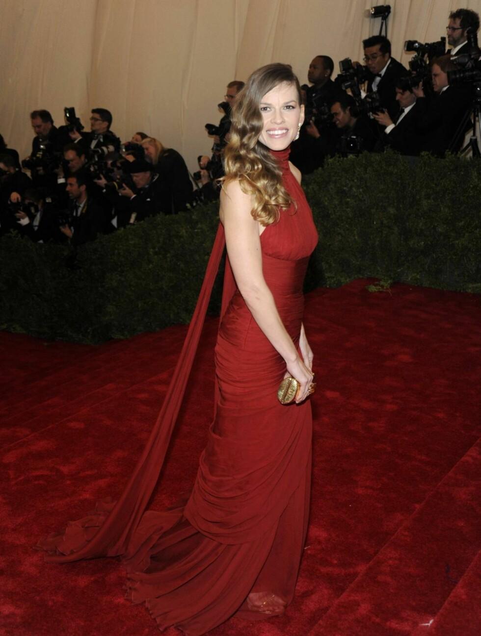 FLOTT: Hilary Swank var rålekker i en blodrød kjole fra Michael Kors.  Foto: All Over Press