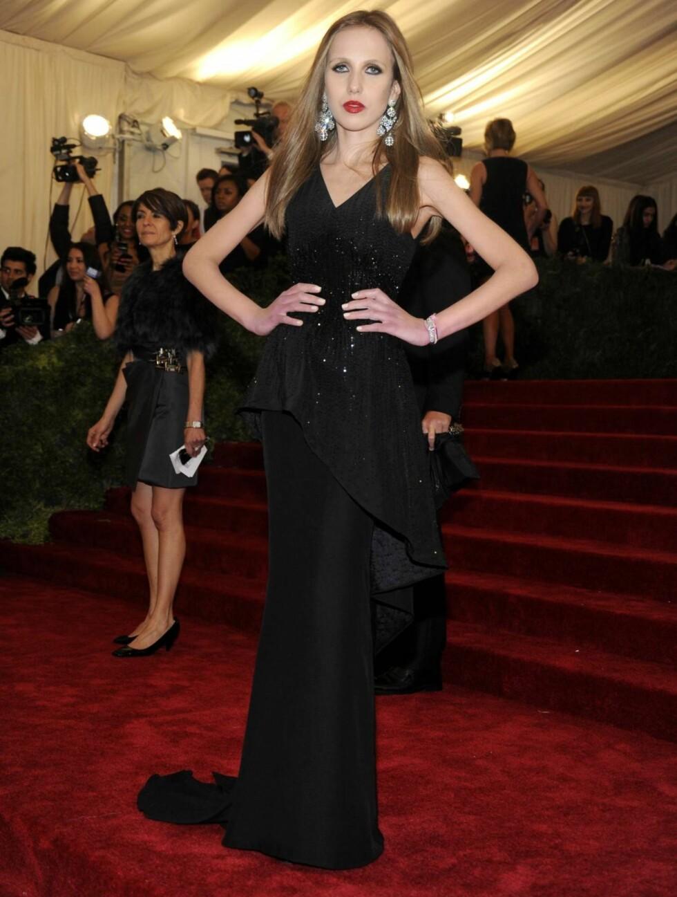 TYNN: Versace-arvingen Allegra viste frem sin spede kropp i en fotsid sort kjole.  Foto: All Over Press