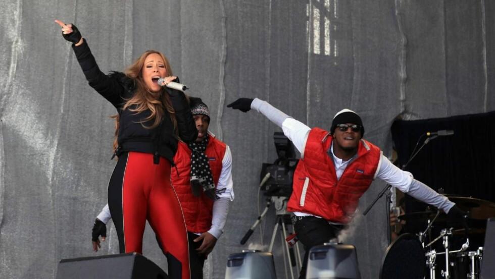 SLAKTES: Mariah Carey får massiv kritikk for dette sceneantrekket som mange mener er altfor tettsittende og avslørende.  Foto: All Over Press