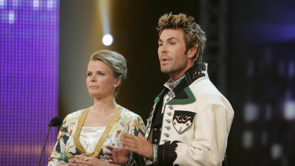 ELSKER BUNAD: Jan Thomas er selv stolt eier av en Telemarksbunad. Her sammen med NRK-programleder Ingrid Gjessing. Foto: FameFlynet Norway