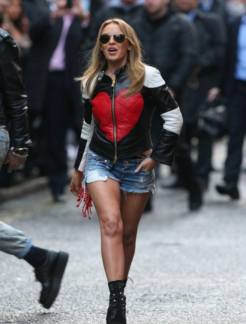 SETTER UNGJENTENE I SKYGGEN: Popstjernen Kylie Minogue har blitt 43 år gammel, men har en kropp mange av hennes yngre kolleger misunner henne. Foto: All Over Press