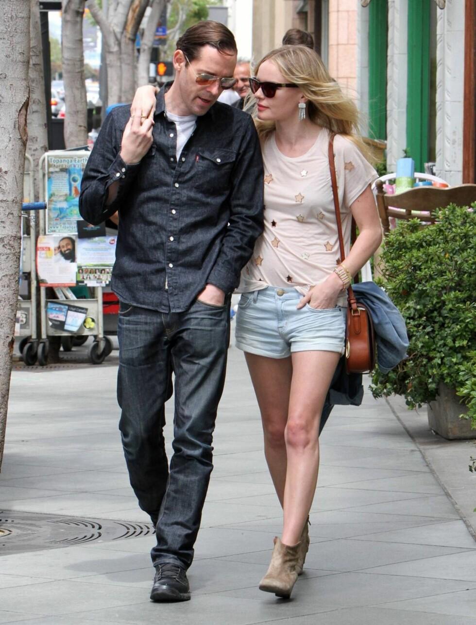 UT PÅ TUR: Skuespiller Kate Bosworth så ikke ut til å få noen klager på antrekket  fra ektemannen Michael Polish da de gikk for å spise lunsj sammen i Los Angeles 24. april. Foto: Stella Pictures