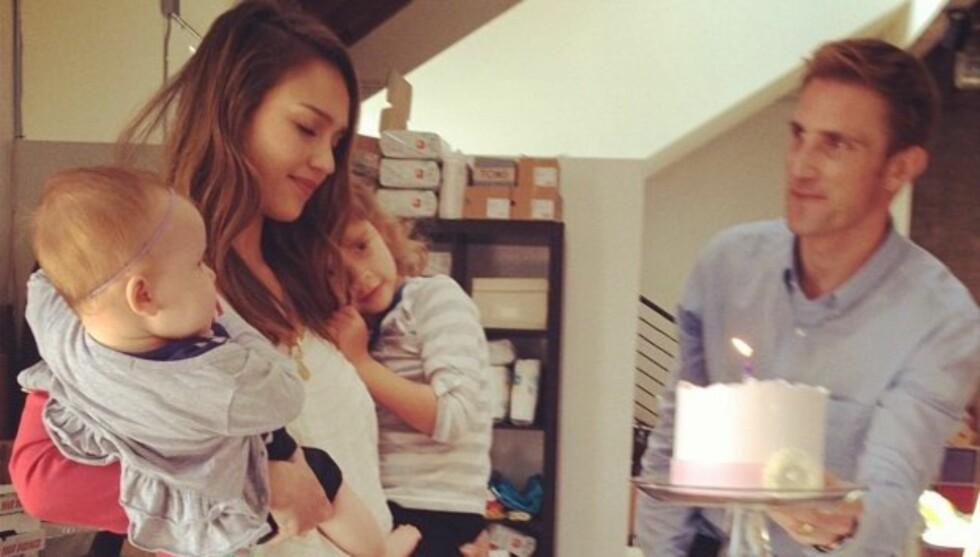 OVERRASKELSE PÅ KONTORET: Jessica Alba ble overrasket med kake på kontoret hos sitt firma Honest, da hun lørdag fylte 31 år. Med på festen var også barna Haven Garner, Honor Marie og ektemannen Cash Warren. Foto: Twitter