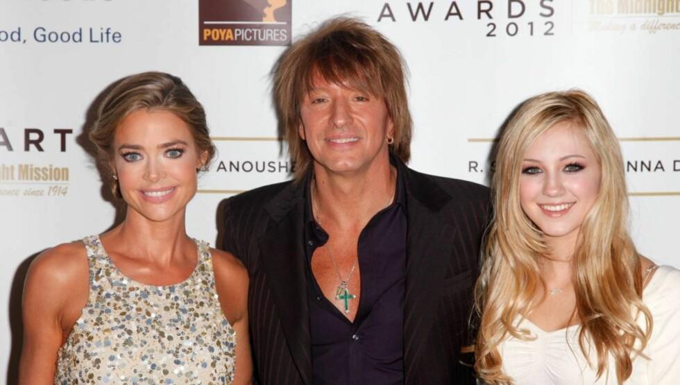 SAMMEN IGJEN: Richie Sambora avslørte at han og Denise Richards igjen er kjærester da de kom sammen med hans datter Ava til veldedighetsgallaen Midnight Mission's Golden Heart Awards mandag. Foto: All Over Press