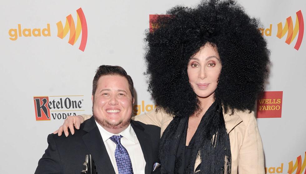MED SØNNEN: Cher støttet sin tidligere datter under GLAAD Awards i Los Angeles lørdag kveld, der Chaz Bono ble hedret for dokumentaren som viser hans overgang fra kvinne til mann. Foto: All Over Press