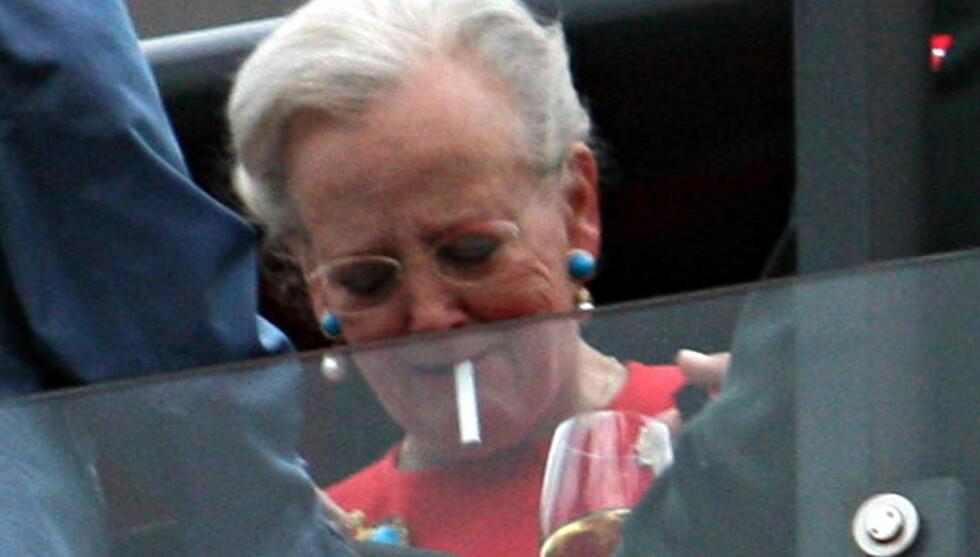 MÅ UT: Nå må det investeres i røykerom, ellers må dronningen ut på slottsplassen for å ta en sigarett. Foto: Stella Pictures