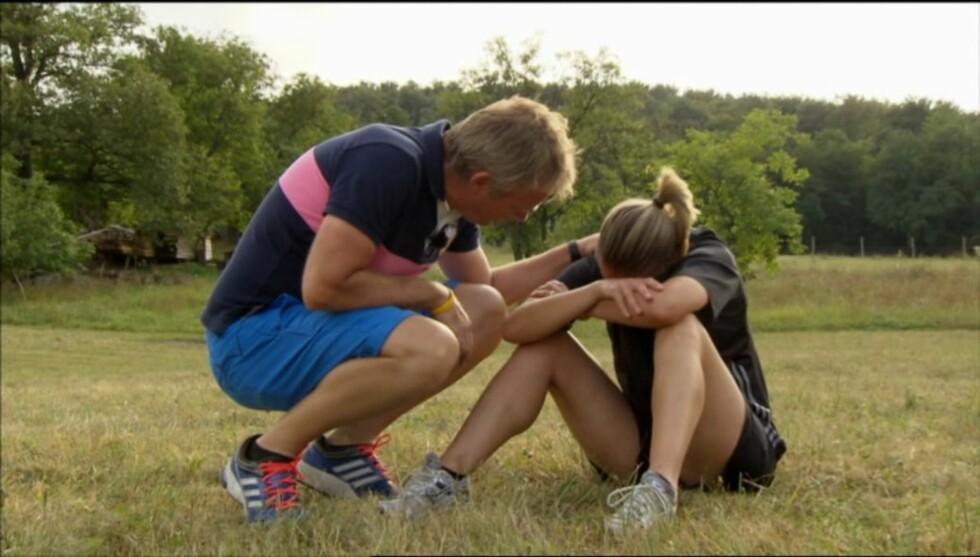 GIR TRØST: Her trøster Pedersen deltager Bente Nordby etter en konkurranse i «Mesternes mester». Foto: NRK
