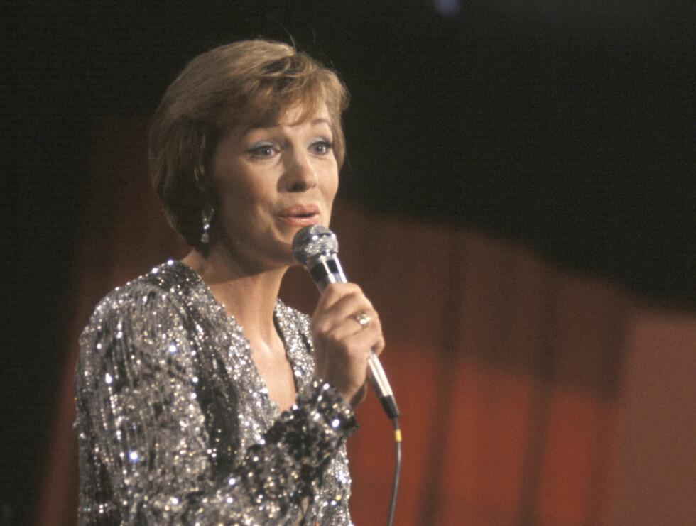 VERDENSSTJERNE: Artisten Julie Andrews synger under Momarked-showet til inntekt for Røde kors i 1976. Foto: NTB scanpix
