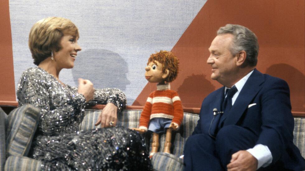 STORFINT BESØK: Verdensstjernen Julie Andrews slo av en prat med Titten Tei og Rolf Kirkvaag da hun gjestet Momarked-showet i 1976. Foto: NTB scanpix