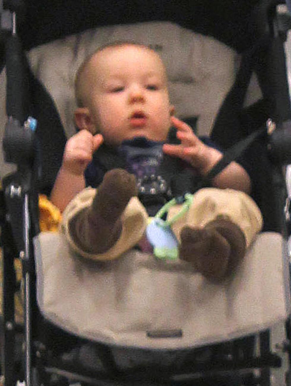 KOSTE SEG: Xander hadde mye spennende å se på da han satt i barnevognen sin. Foto: Stella Pictures
