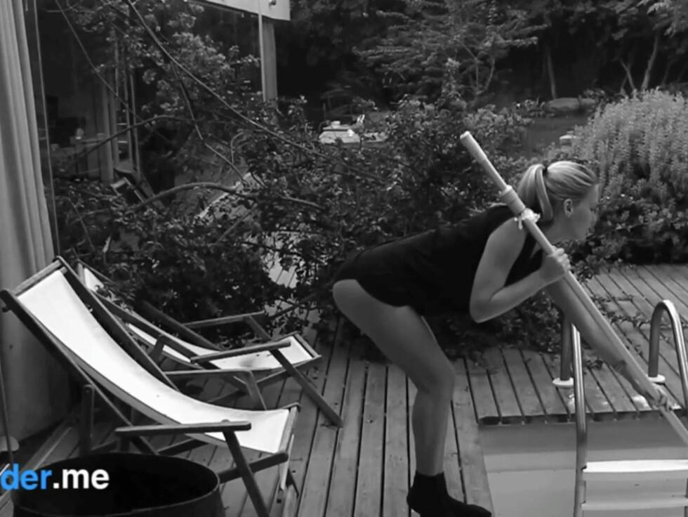 <strong>RENSER BASSENG:</strong> De som lurer på hvordan det ser ut når Refaeli renser bassenget - Her er svaret. Foto: Stella Pictures