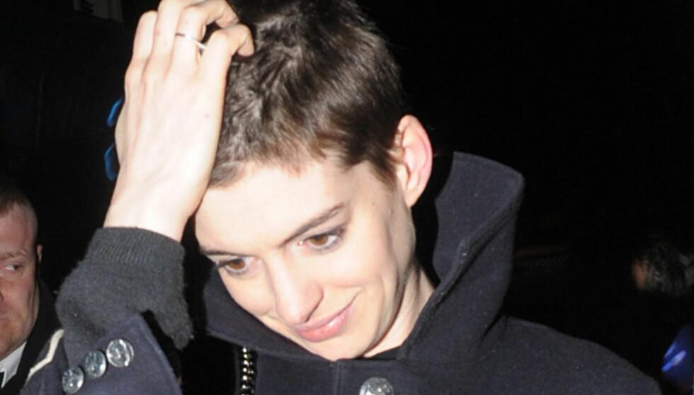 KORT SVEIS: Anne Hathaway klippet håret kort for sin rolle i den nye filmen «Les Miserables», men vil ikke gifte seg i den samme frisyren. Foto: All Over Press