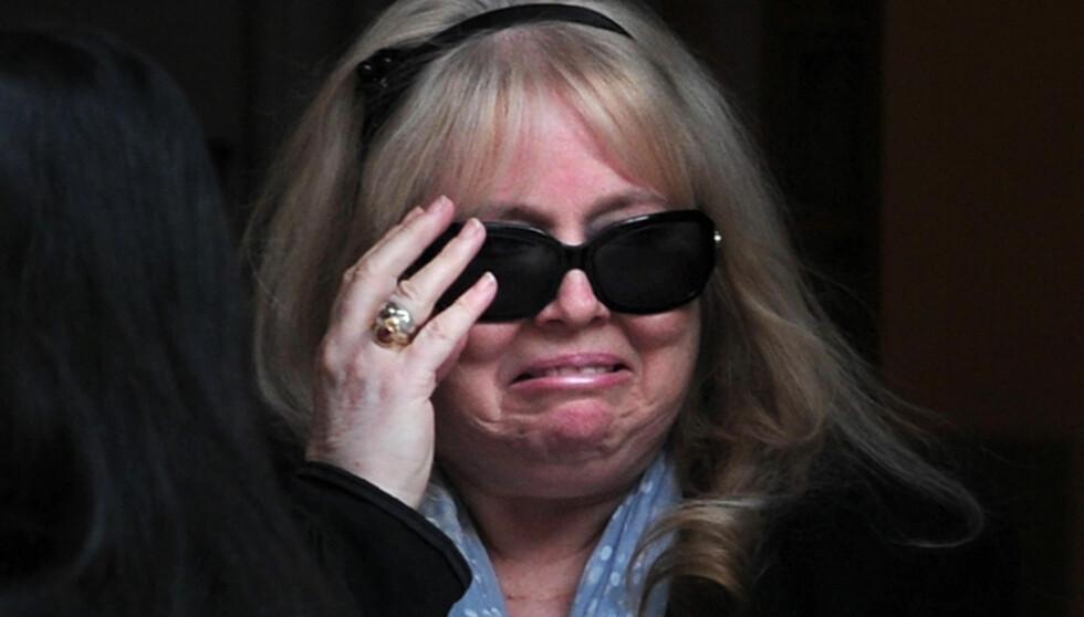 FORLOT SYKEHUSET I GRÅT: Dwina Gibb klarte ikke å holde tårene tilbake da hun forlot det private sykehuset i Vest-London mandag. Foto: Afp
