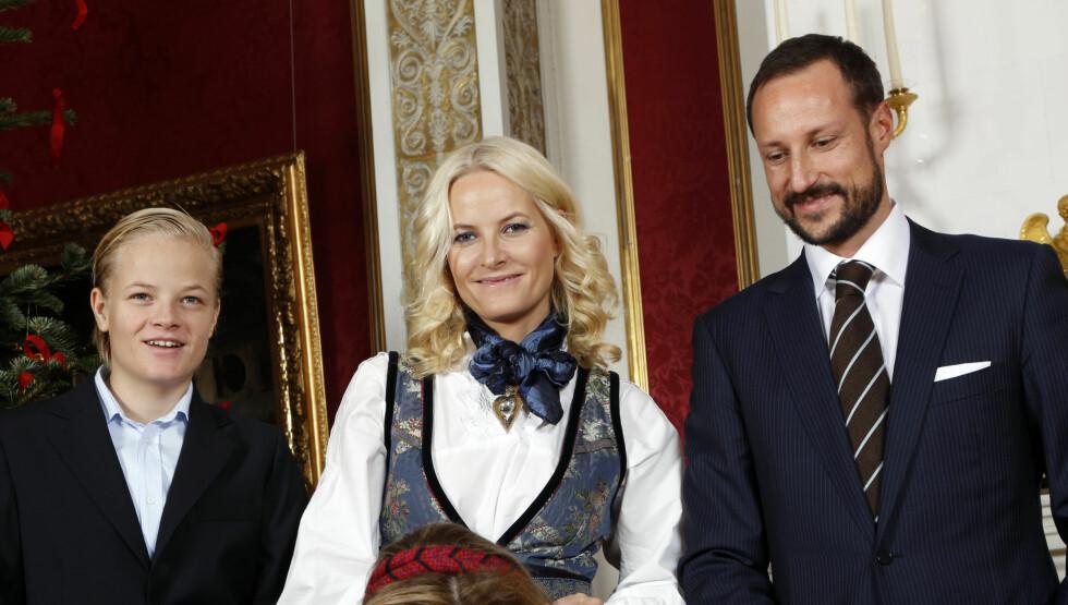 <strong>HELDIG:</strong> Marius Borg Høiby sammen med mamma kronprinsesse Mette-Marit og kronprins Haakon på Slottet. - Jeg var jo heldig og ble mamma tidlig, sier Mette-Marit til Dagbladet. Foto: NTB SCANPIX