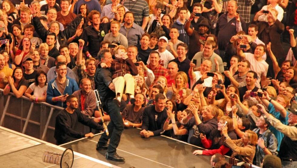 <strong>LUFTETUR:</strong> Bruce Springsteen viste fram sin 90 år gamle mor Adele til stor jubel fra fansen under en konsert i New York i forrige uke. Foto: All Over Press
