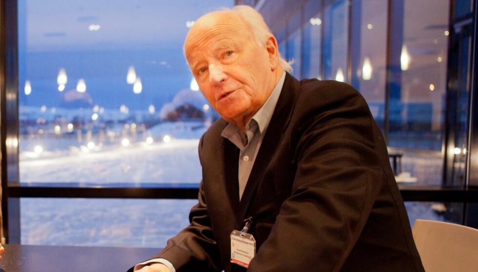 I NEDERLAND: Stoltenberg mottar prisen i Nederland. Prisutdeler er Dries Van Agt, tidligere statsminister. Foto: NTB scanpix