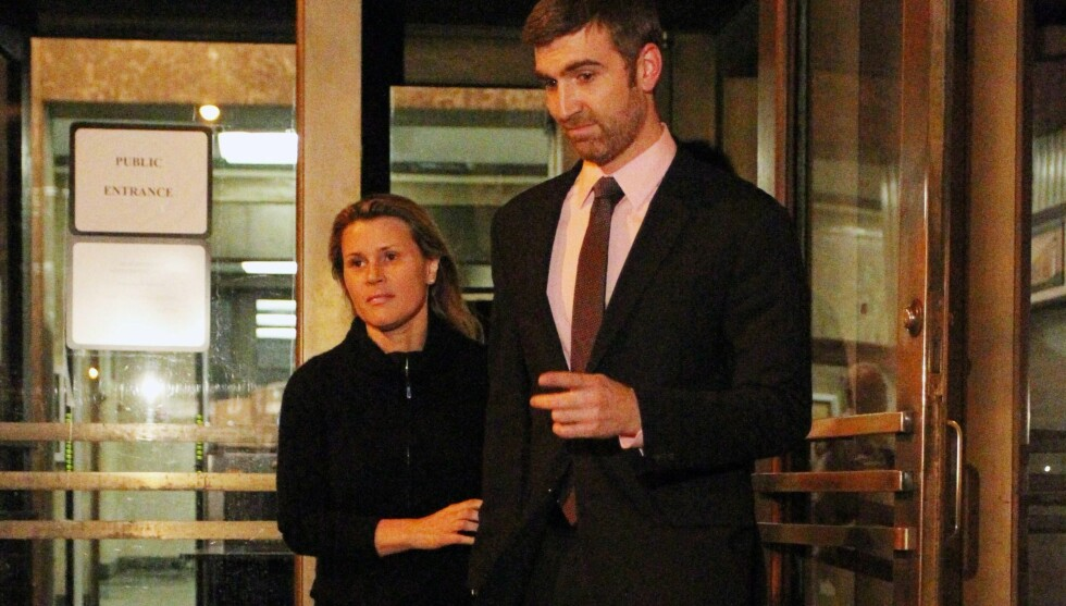 DØMT: Genevieve Sabourin og hennes advokat forlater retten i Manhattan i New York 4. april etter å ha blitt beordret til å holde seg unna Alec Baldwin. Foto: All Over Press