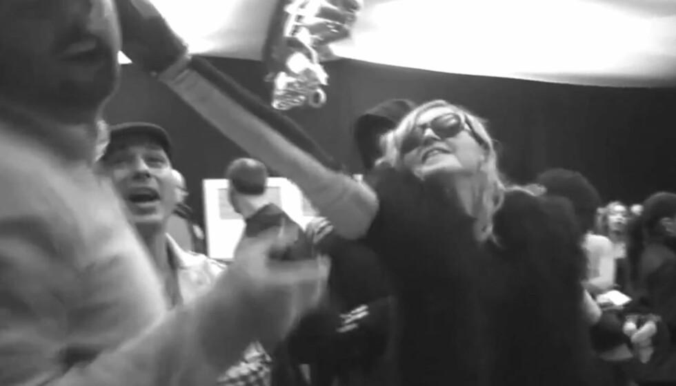 FYRER LØS: Slik ser det ut når Madonna kaster kake i fjeset på sin egen manager. Foto: Madonna/YouTube