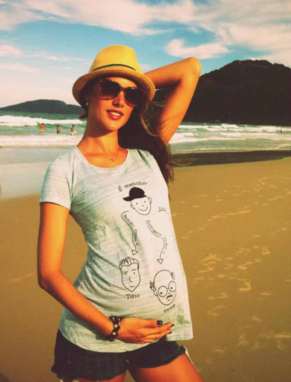 GRAVID: Modellen Alesaandra Ambrosion venter sitt andre barn og tilbringer deler av ventetiden på stranda. Foto: Twitter/Stella