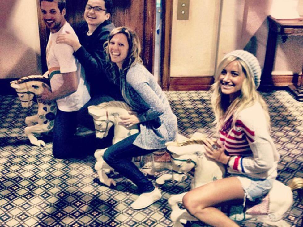 HESTESPØK: «Horsing around» skrev  «High School Musical»-stjernen Ashley Tisdale da hun la ut dette bildet av seg selv og vennene i påsken. Foto: Stella Pictures