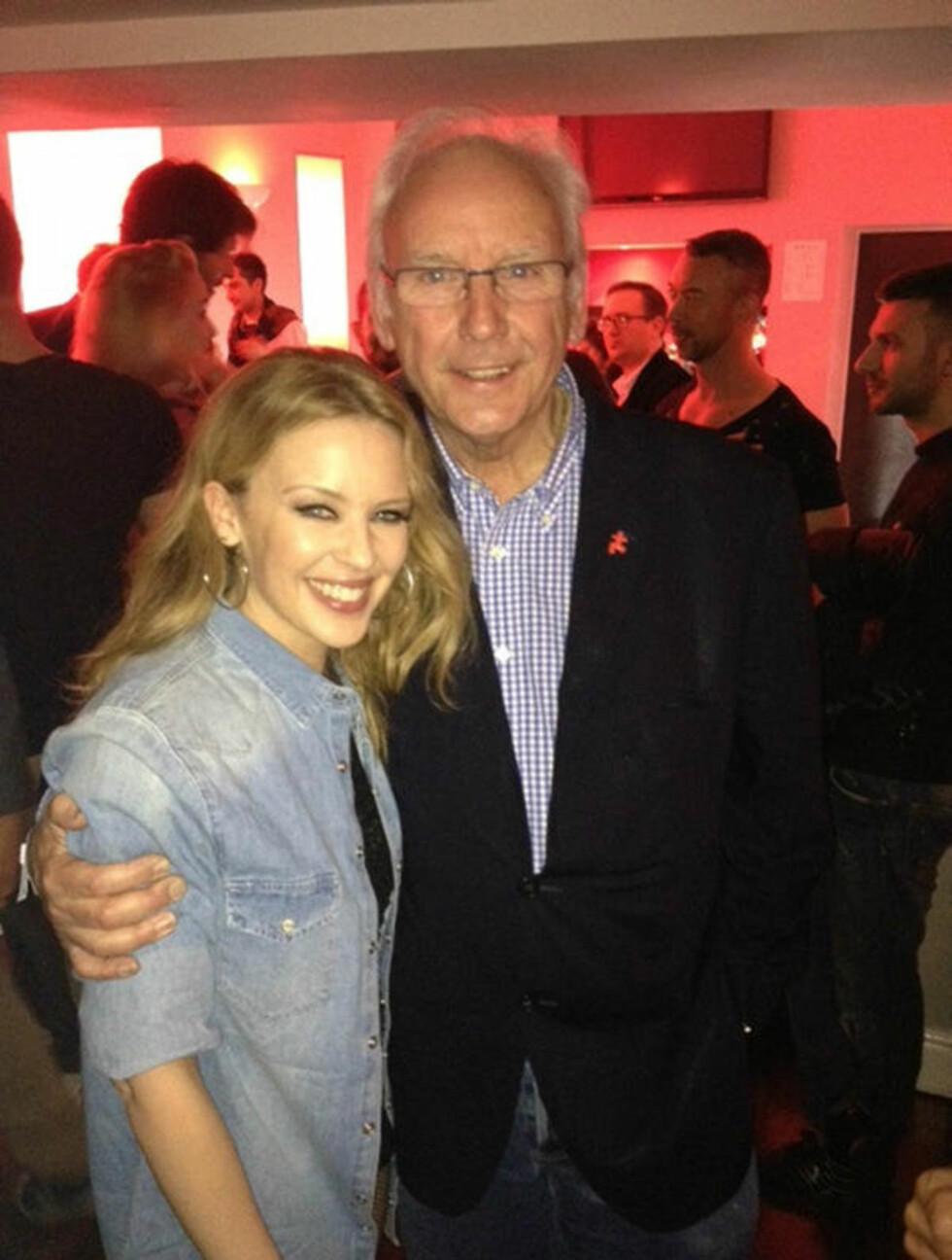 TRAFF GAMLESJEFEN: Kylie Minogue er for tiden i hjemlandet Australia, hvor hun blant annet benyttet anledningen til å hilse på sin gamle produsent Peter Waterman, som stod bak hennes suksess på 80-tallet. Foto: Twitter/Stella