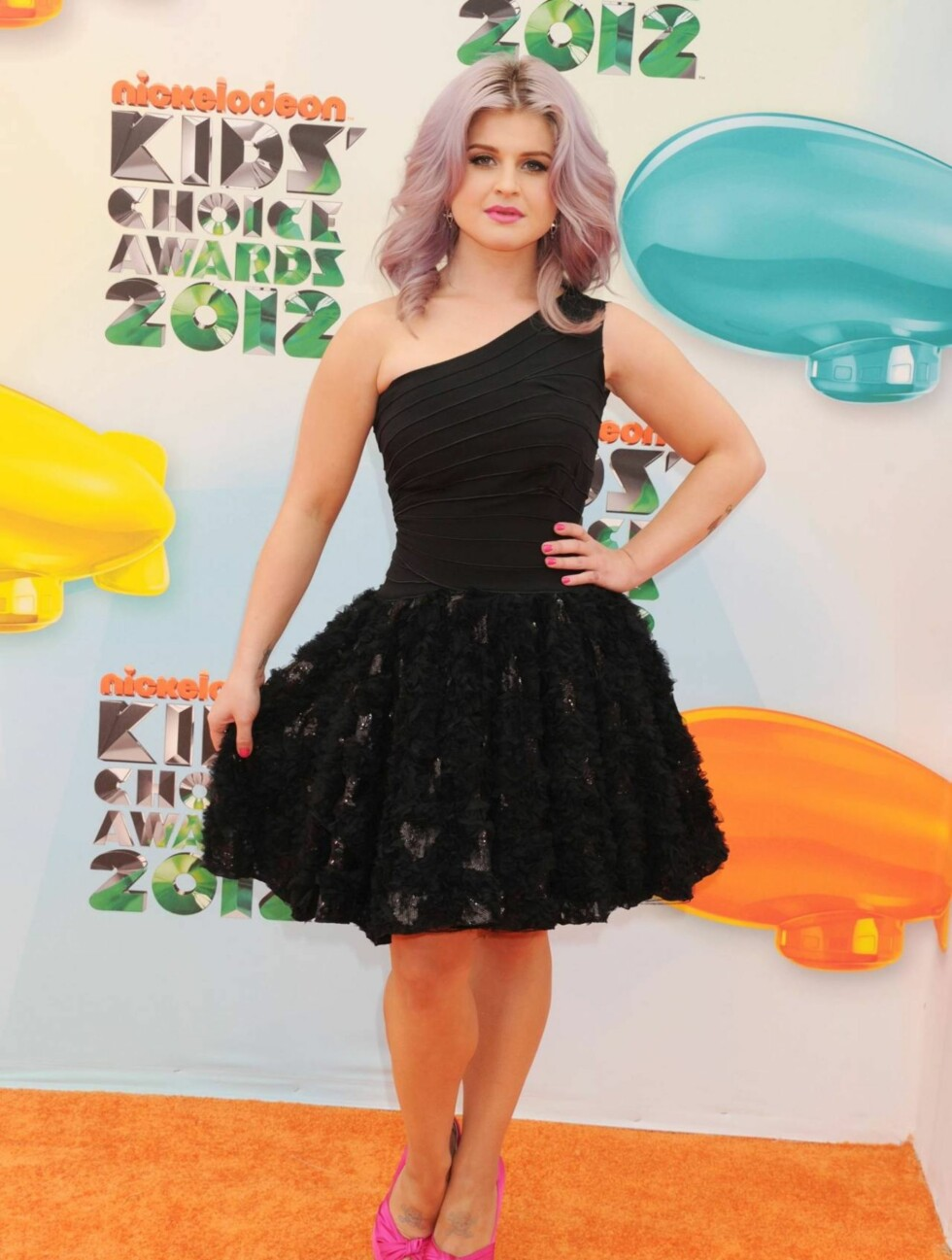 VALGTE SVART: Kelly Osbourne fikk mange beundrende blikk da hun ankom i sin Tony Ward-kjole. Foto: Stella Pictures