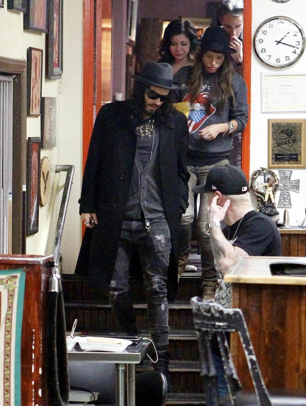<strong>PÅ NATTEN:</strong> Russell Brand fjernet tatoveringen klokken 1.15 på natten. Foto: All Over Press