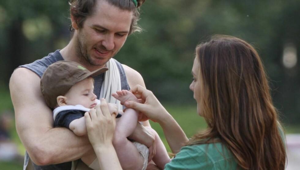 STOLTE FORELDRE: Alicia Silverstone og Christopher Jarecki ble 5. mai i fjor foreldre til vesle Bear Blu. Foto: All Over Press