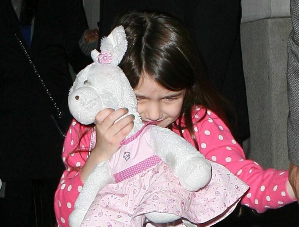 <strong>SKJULER SEG:</strong> 5-åringen hater paparazziene og skjuler seg bak bamsen sin.  Foto: All Over Press