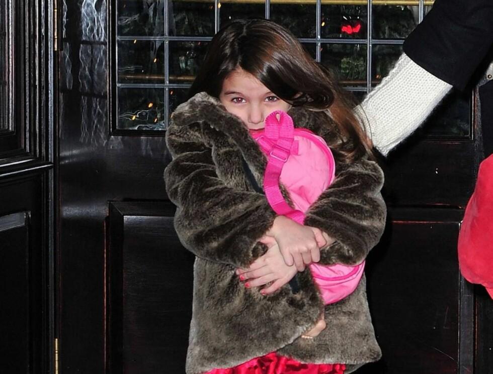 <strong>GJEMMER SEG:</strong> Suri gjemmer seg i vinterkåpen sin.  Foto: All Over Press