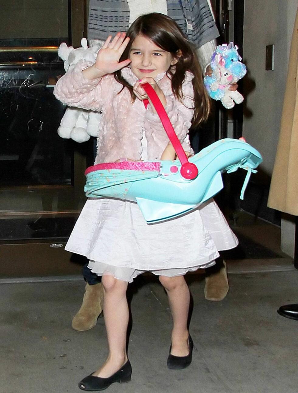 <strong>BLID:</strong> Den lille jenta var fornøyd da hun hadde med seg dukken sin på tur.  Foto: All Over Press