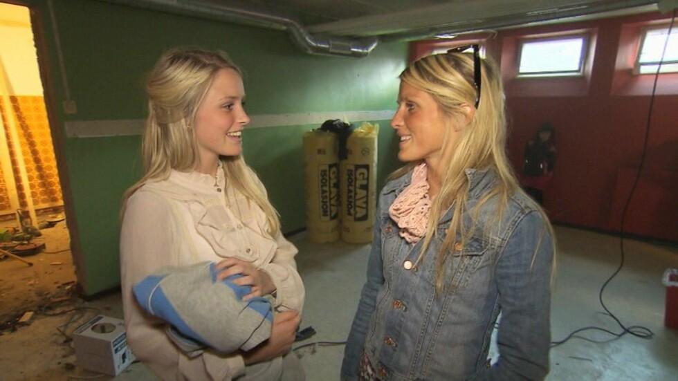 HJELPER TIL: Lillesøster Veronika Johaug (18) hjelper Therese med å pusse opp skolen i Dalsbygda. I programmet snakker hun om hvordan det er å ha OL- og VM-vinneren som storesøster. Foto: TVNorge